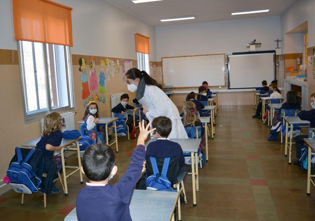 Elena dinamiza uno de los talleres en educación primaria